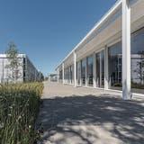 Ganz bewusst liegen die tragenden Stützen der neuen Pavillons ausserhalb des Gebäudes. (Hanspeter Schiess/Fotografie)