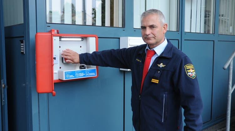 Walter Hasenfratz, Feuerwehrinspektor Appenzell AR/AI, testet die Notfallbox. (Bild: Astrid Zysset)
