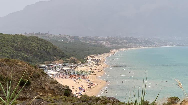 Strand bei Castelammare del Golfo, Sizilien: «Bella Italia» ist bei Schweizer Gästen die klare Nummer 1 wenn es um die Sommerferien-Planung geht. (Bild: mwe)