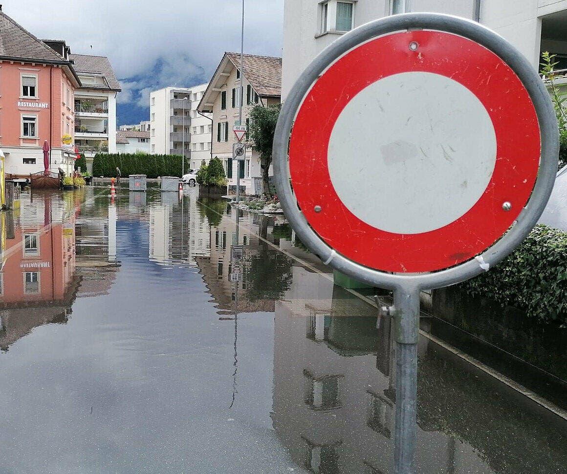Geflutete Brunner Hafenstrasse am Freitagmorgen.