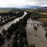 Die Reuss überflutete das Camping Reussbrücke in Ottenbach an der Kantonsgrenze Zürich/Aargau. (Severin Bigler)