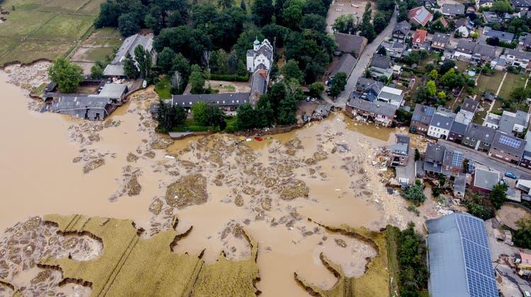 Der Blick aus der Luft auf Erftstadt-Blessem (Michael Probst / AP)