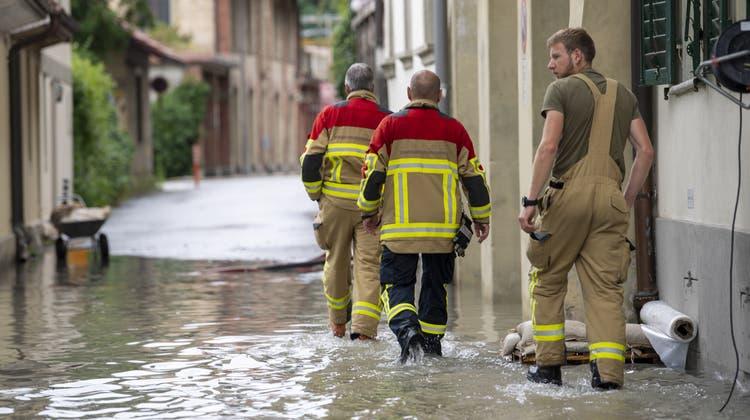 Die Feuerwehr ist pausenlos im Einsatz. Im Bild: Einsatzkräfte im Berner Quartier Altenberg. (Keystone)