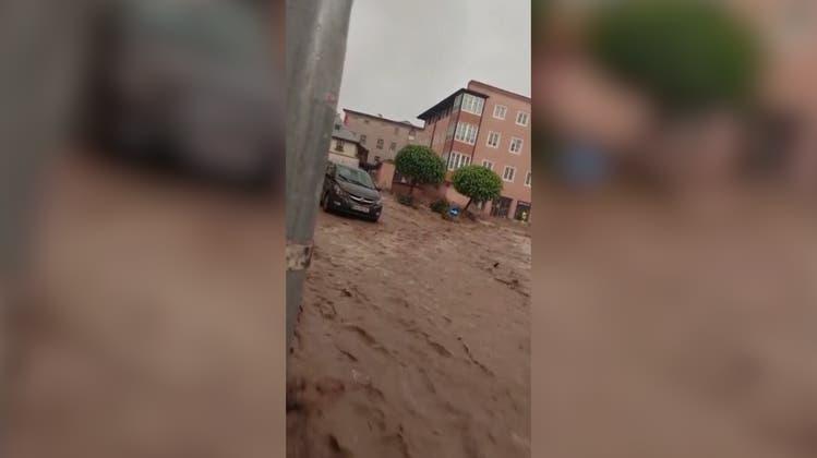 Überschwemmungen treffen Österreich: Altstadt von Hallein überflutet