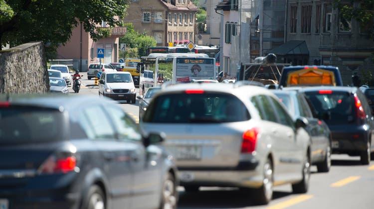Eine Temporeduktion auf der Zürcher Strasse würde die Lärmbelastung für Anwohner verringern. (Bild: Ralph Ribi)