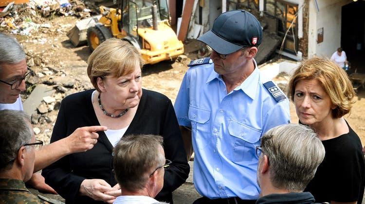 Bundeskanzlerin Angela Merkel hat gemeinsam mit der Rheinland-Pfälzischen Ministerpräsidentin Malu Dreyer das zerstörte Dorf Schuld besucht. (Bild: EPA)