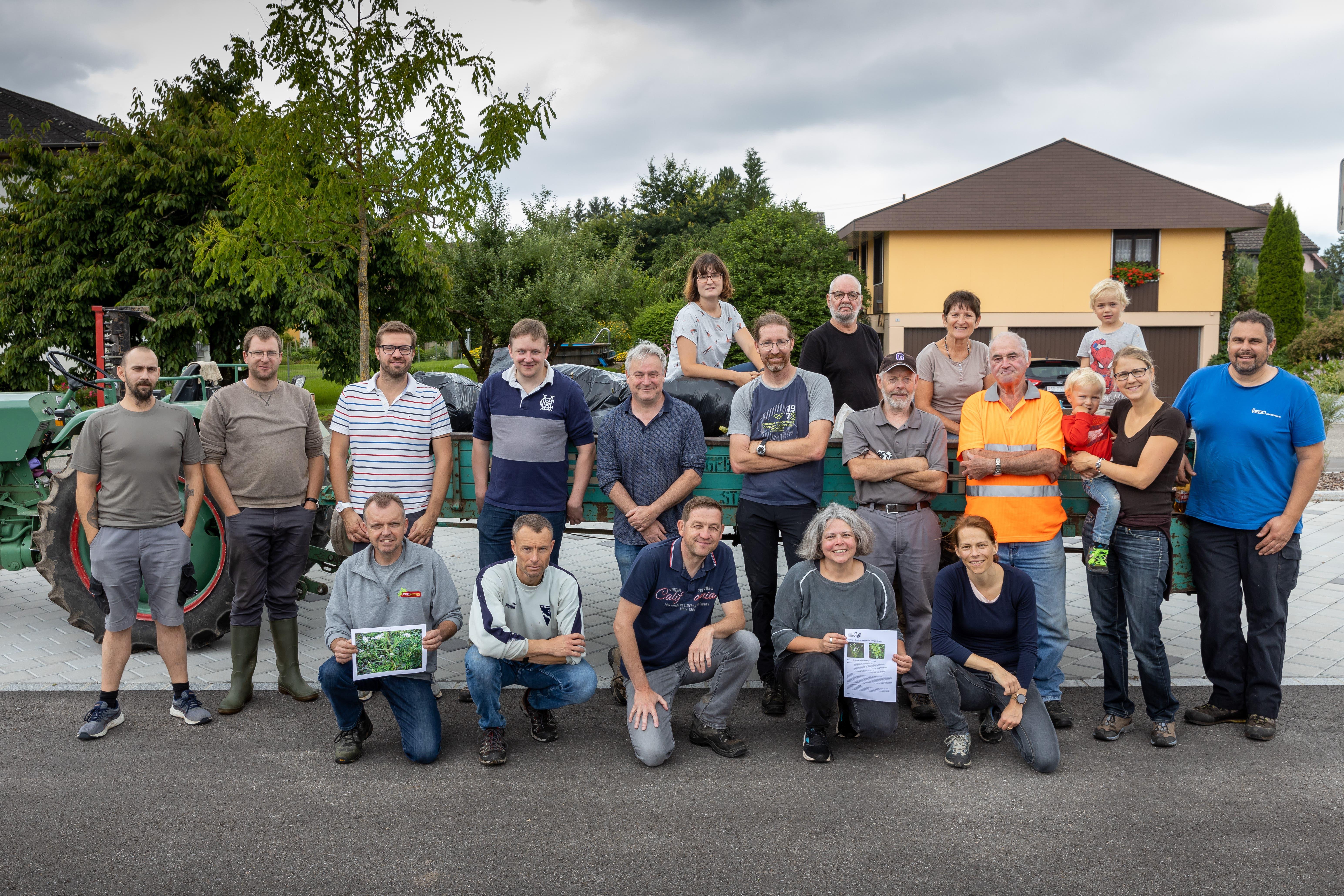 Neophyten - Aktion auf dem Gemeindegebiet in Wolfwil: Gruppenbild der Helferinnen und Helfer.