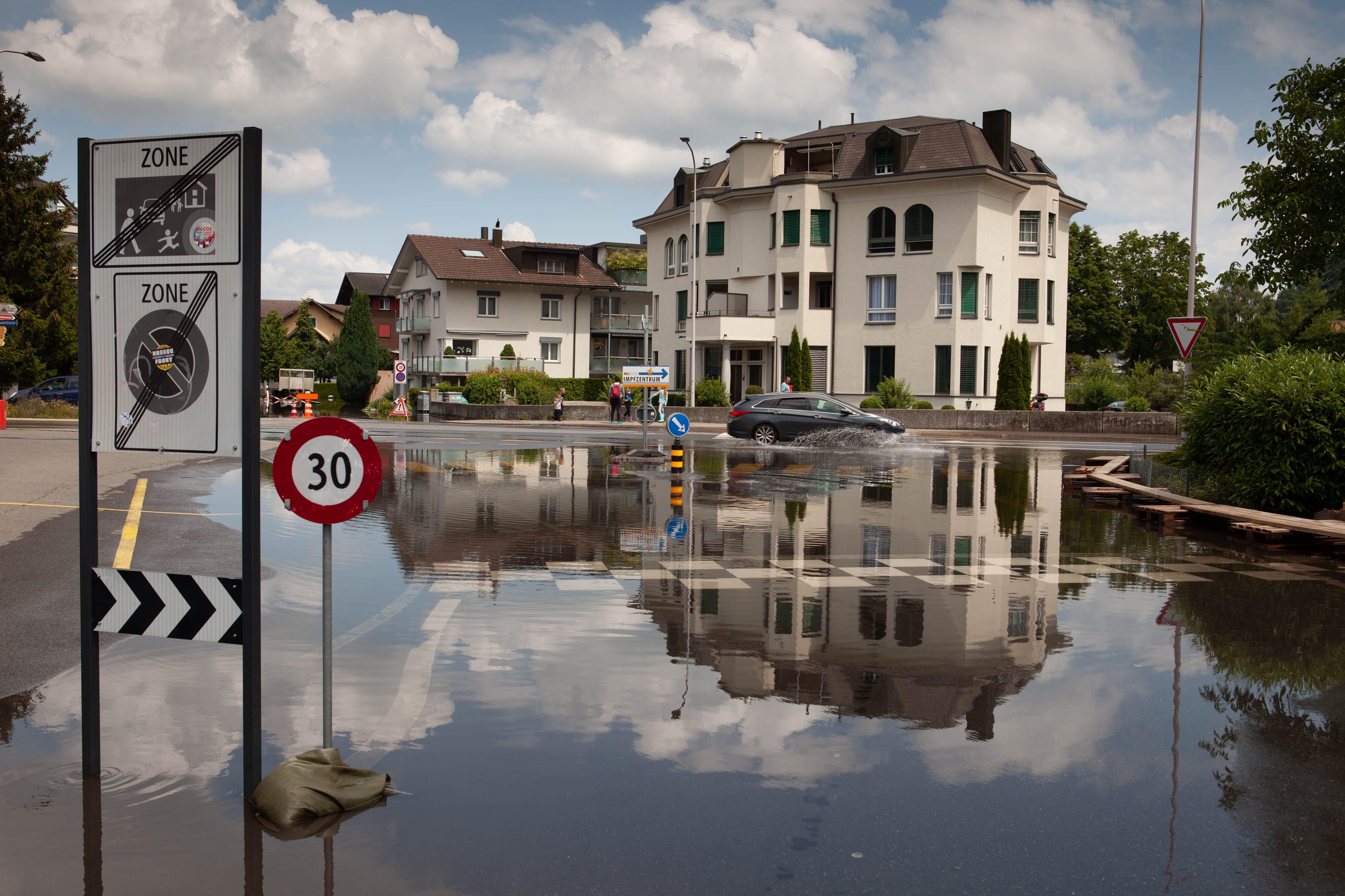 In Stansstad bleiben einige Strassen gesperrt, so auch der Dorfplatz.
