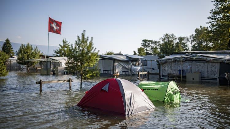 «Land unter» heisst es weiterhin zum Beispiel auf dem Campingplatz in Cheseaux Noréaz in der Romandie. (Keystone)