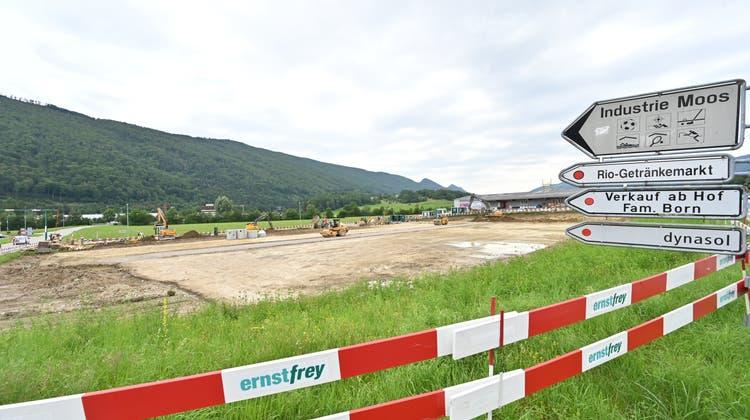 An der Kreuzung von Allmend- und Thalstrasse in Balsthal baut die Firma Bernis SA zwei modulare Holzhallen. Sie tragen den Namen Greenplaces. (Bruno Kissling)