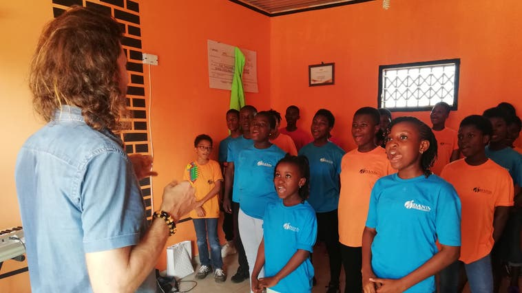 Der Badener Beda Ehrensperger gibt ghanaischen Kindern Musikunterricht: «Ihre Freude und Dankbarkeit ist der grösste Lohn.» (Bild: zvg)
