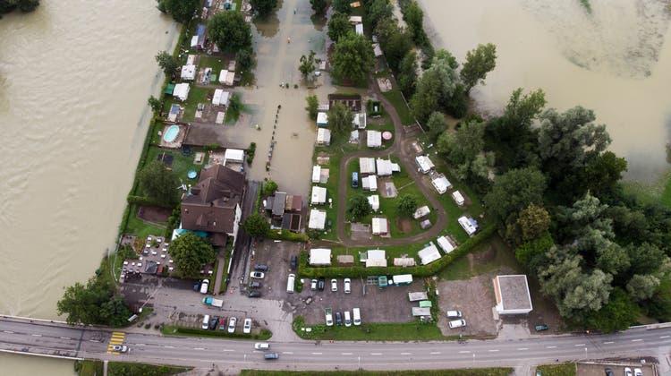 Land unter beim Camping Reussbrücke in Ottenbach an der Kantonsgrenze Zürich/Aargau am 15. Juli. (Severin Bigler)