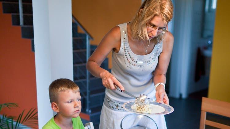 Den «klassischen Hausfrauen» weht künftig ein rauer Wind entgegen. (Bild: Keystone)