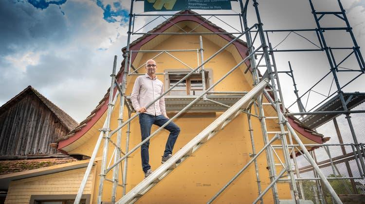 Für das Aufbringen des Kalkverputzes steht noch ein Gerüst: Architekt Gabriel Müller und sein «Hexehüsli» am Höhenweg. (Bild: Ralph Ribi)