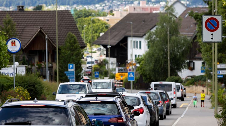 Brennpunkt Birmensdorferstrasse: Jeweils am Morgen und am Abend staut sich hier der Verkehr– zum Unmut der Quartierbewohner. (Severin Bigler)