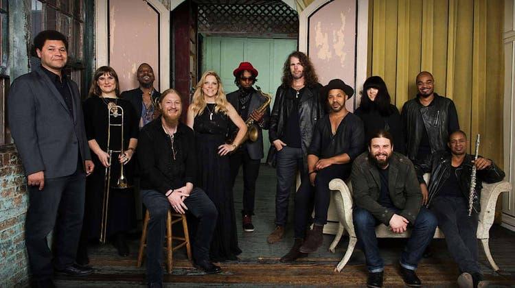 Die Tedeschi Trucks Band mit den Co-Leadern Derek Trucks und Susan Tedeschi (4. und 5. v.l.): Aktuell wohl eine der spannendsten und besten Bands. (Bild: zvg)