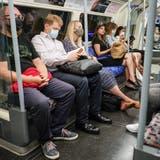 Das Virus verbreitet sich wieder: Pendler in einer Londoner U-Bahn. (Bild: Keystone)