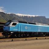 Zwei Afro-4000-Lokomotiven von Vossloh respektive Stadler in der Nähe von Kapstadt. (Bild: John N. Middleton/Commons Wikimedia (Culemborg, 11. Februar 2015))