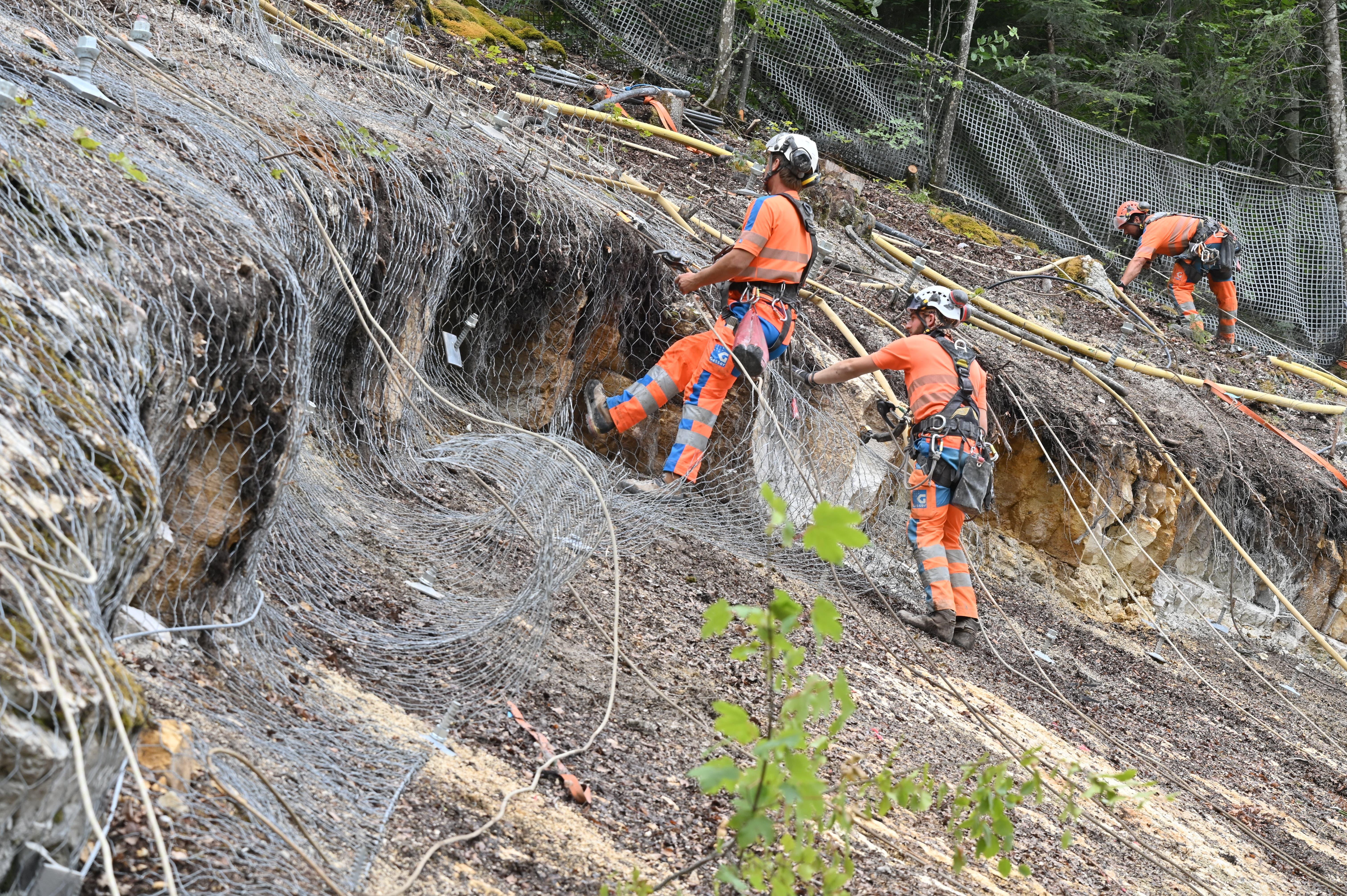 Felssicherungsarbeiten Juni 2021: Das Sicherungsnetz wird montiert.