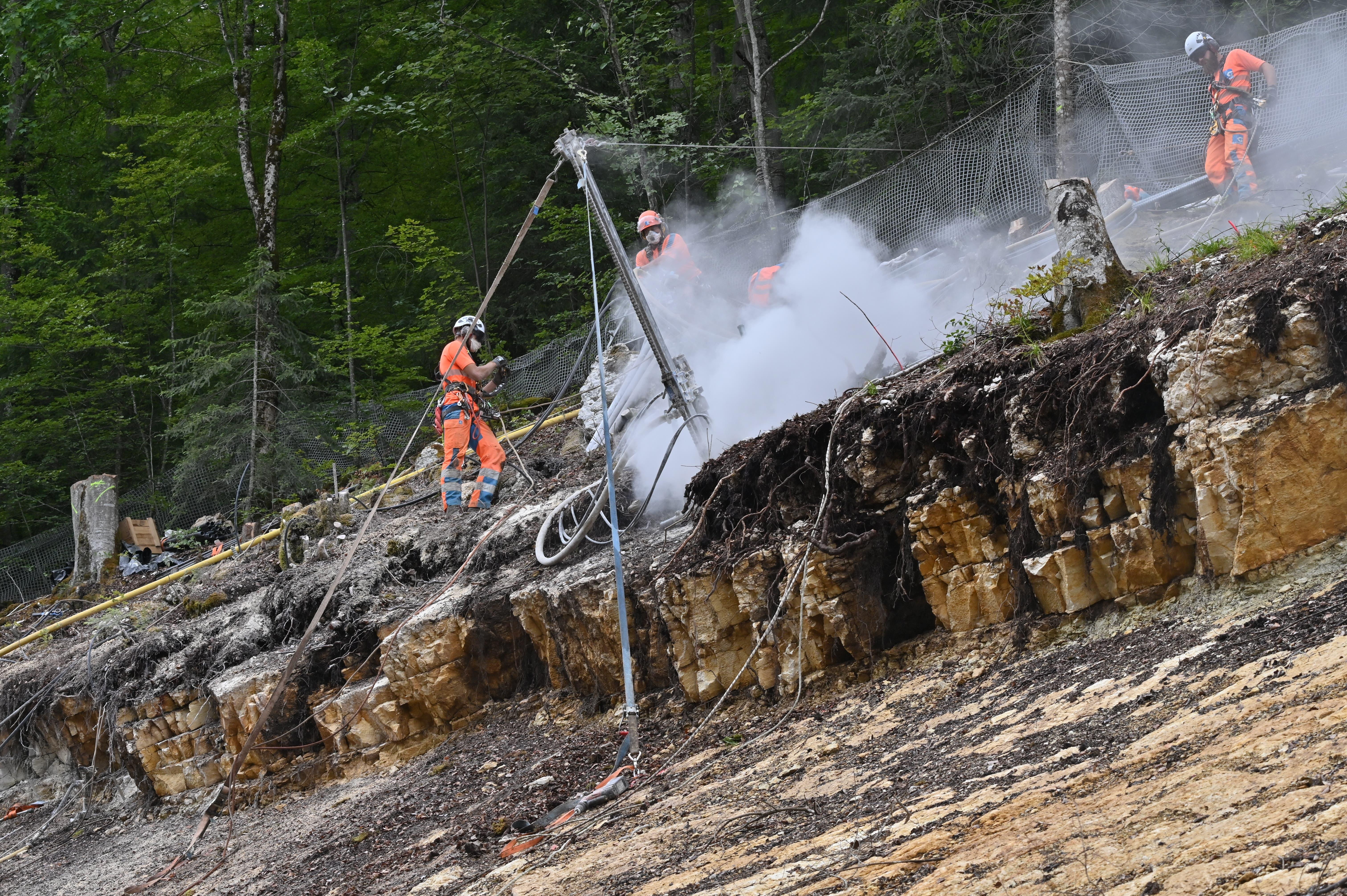 Felssicherungsarbeiten Juni 2021: gut sichtbar die unterschiedlichen Gesteinsschichten.