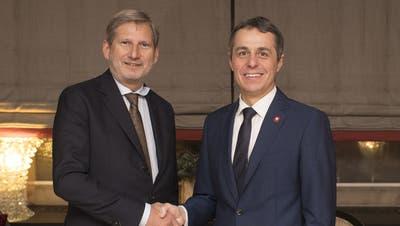 EU-Kommissar Johannes Hahn und Aussenminister Ignazio Cassis bei einem Treffen am Rande des Wirtschaftsforum in Davos im Jahr 2018. (Keystone)