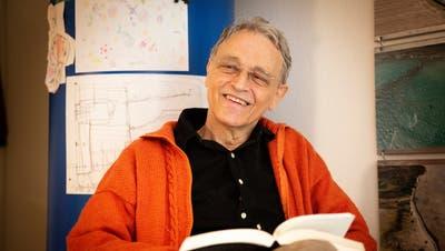 Kinderzeichnungen und aufgeschnappte Spielplatzgespräche inspirieren Leo Koch zu seinen Leporello-Geschichten. Früher war er Lehrer an der Kantonsschule. (Bild: Tobias Garcia)
