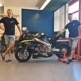 Kristian Bilic (l.) und Alessio Ambrosi (r.) haben für ihre Bachelorarbeit ihr eigenes E-Motorrad «Krale» gebaut. (Bild: PD)
