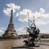 Die «Schwimmwasserplastik» von Tinguely grüsst den Turm von Eiffel. (zvg/Mathias Willi)