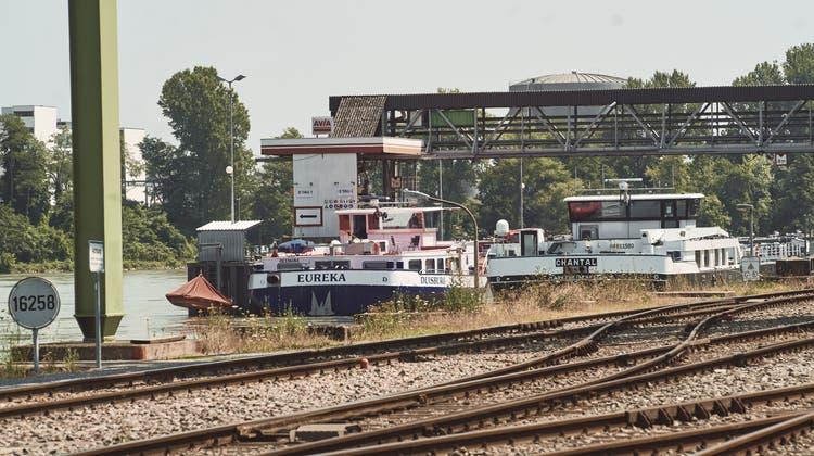 Wegen des Hochwassers sind Frachtschiffe im Auhafen blockiert. (Roland Schmid)