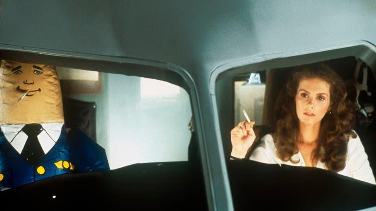Ein aufblasbarer Autopilot als Mensch-Ersatz? In der US-Kult-Komödie «Airplane!» aus dem Jahr 1980 ist das möglich. Doch auch in der Realität könnten Piloten aus Fleisch und Blut vermehrt obsolet werden. (Bild: Rights Managed / www.imago-images.de)