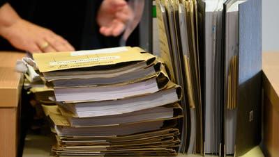 Die Akten stapeln sich: Ein Mitarbeiter in der Sozialberatung muss sich zurzeit um 87 Fälle kümmern. (Bild: Rainer Jensen / dpa)