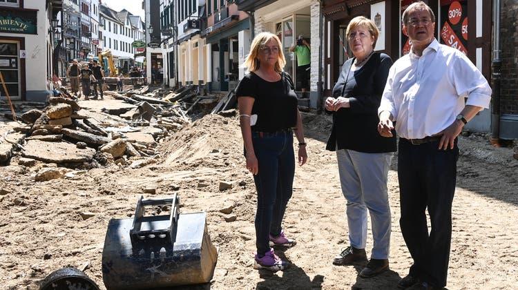 Kanzlerin Angela Merkel und Kanzlerkandidat Armin Laschet besuchten am Dienstag die stark getroffene Ortschaft Bad Münstereifel. (AP)