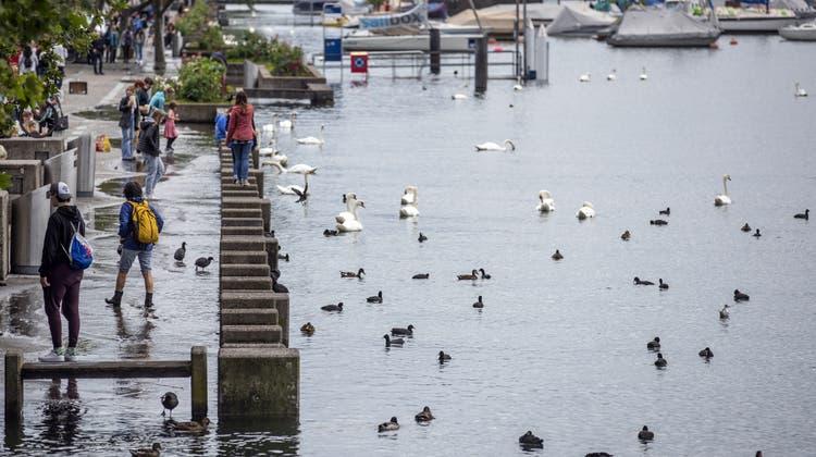 So wie am vergangenen Freitag sieht es am Zürcher Bellevue nicht mehr aus, aber die Hochwassergefahr bleibt bestehen. (Keystone)