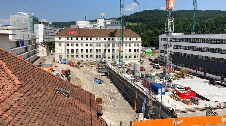Die 1. Etappe des Parkhaus-Baus (vorne rechts) ist beendet. Darauf wird der Brown-Boveri-Platz zu stehen kommen. Hinten rechts wird bis Herbst 2023 ein Hochhaus gebaut. (Pirmin Kramer / Aargauer Zeitung)