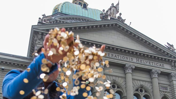 Aktion des Initiativkomitees Für ein bedingungsloses Grundeinkommen im Oktober 2013 vor der nationalen Abstimmung (abgelehnt): 8 Millionen 5-Rappen-Stücken im Wert von 400'000 Schweizer Franken und mit einem Gewicht von 15 Tonnen wurden auf dem Bundesplatz ausgebreitet. (Keystone)