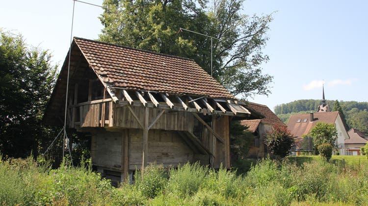 Im Leerber 12 in Gränichen wurde ein altes Bauernhaus abgerissen. Dort entstehen Wohnungen im höheren Preissegment. Das alte Spittel sowie der Spycher (im Bild) aus dem 16. Jahrhundert werden restauriert. (Daniel Vizentini)