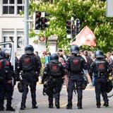 Polizeiaufgebot an einer unbewilligten Demonstration von Coronaleugnern in Aarau am 8.Mai 2021. (Bild: Raphael Huenerfauth / www.huenerfauth.ch)