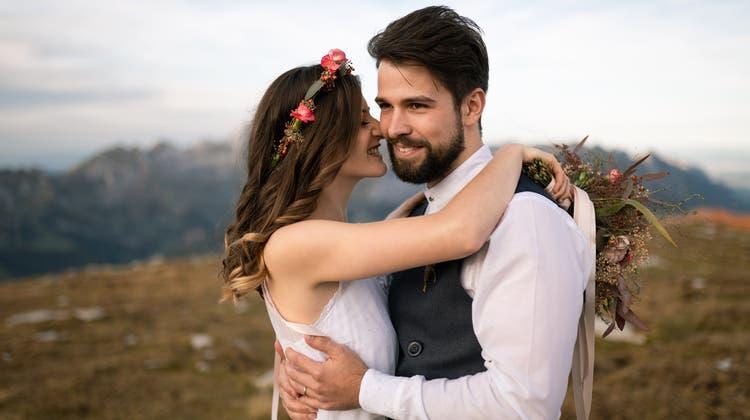 Der Bräutigam hebt seine Braut in die Höhe. (Bild: Reto Lieberherr)
