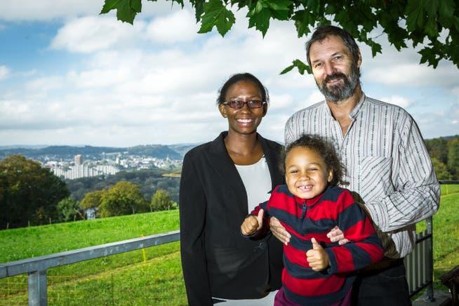Das Wirtepaar Peter und Carmen Bernhard mit Tochter Caroline anlässlich der Pachtübernahme im Oktober 2016. Das Bild wurde auf der Terrasse des Gasthofs Juraweid aufgenommen.