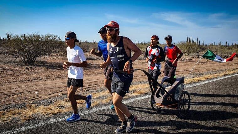 Mitglieder von Laufclubs begleiten Jonas Deichmann in Mexiko auf seiner Strecke. (zvg)