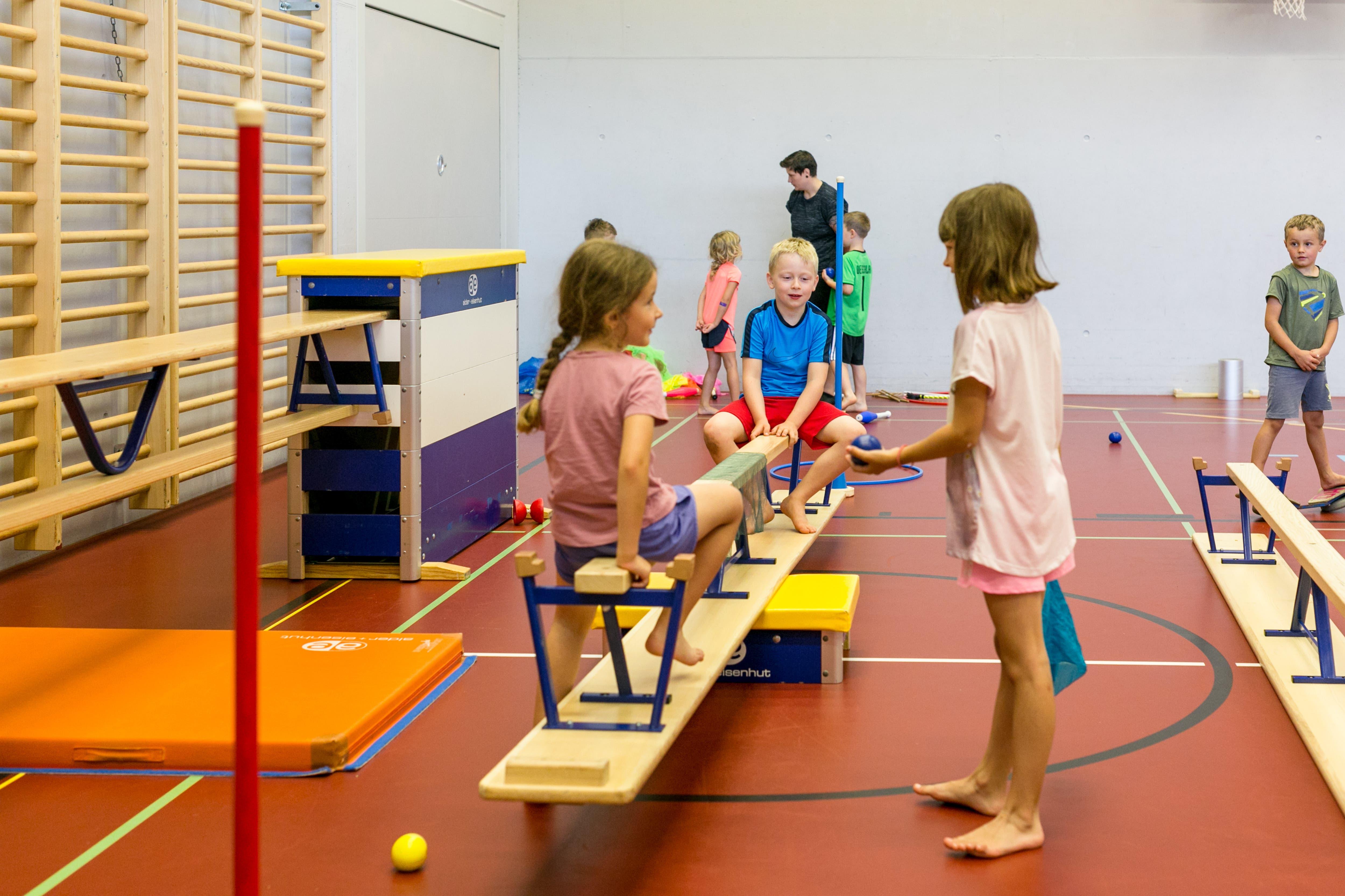 Mit den Bänken können die Kinder an ihrer Balance arbeiten.