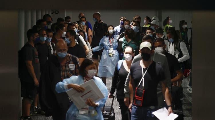 Wer dieser Tage nach Japan reist, muss sich am Flughafen auf lange Wartezeiten gefasst machen. (Jae C. Hong / AP)