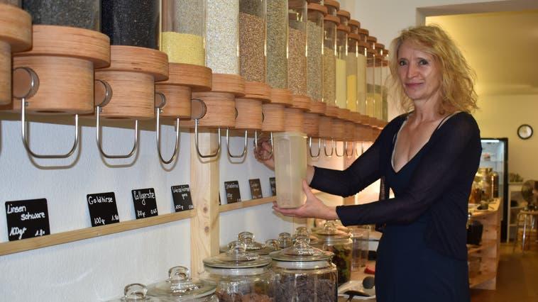 Susanna Zamuner (56) aus Möhlin kauft im Rheinfelder Unverpacktladen «Nur so» ein. Sie lebt mit ihrer Familie fast ohne Abfall. (Nadine Böni / Aargauer Zeitung)
