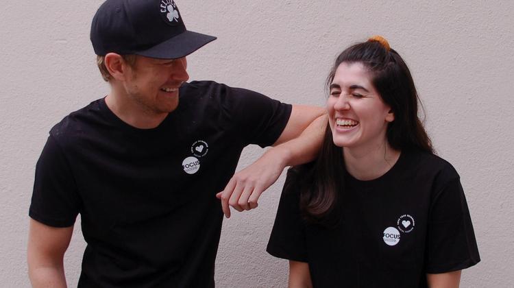 Rivella-Gruppe: «Focuswater» verkauft T-Shirts für Brunnen in Tansania ++ Mammut erhält Nachhaltigkeitspreis