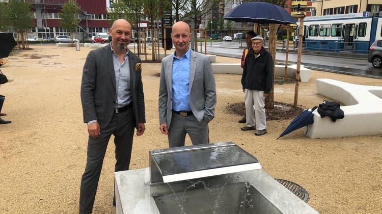 Der neue Platz und der Trinkbrunnen beim JED wurden von Gianfranco Basso von der Swiss Prime Site AG und von Stefano Kunz, Stadtrat und Ressortvorsteher Bau und Planung, eingeweiht. (zvg/Albert Schweizer)