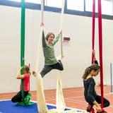 Sommerferiencamp des Elternvereins üben sich Nina (oben) und Giulia am Vertikaltuch. (Sandra Ardizzone)