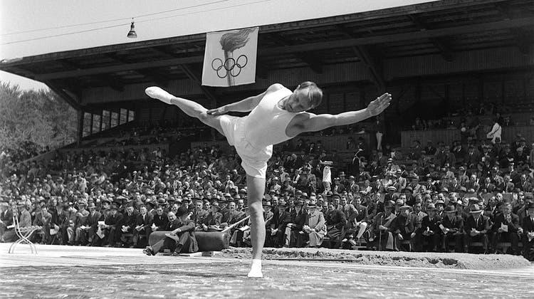 Hans Eugster, Luzerner Kunstturner, holte 1952 in Helsinki am Barren die Goldmedaille. (Keystone)