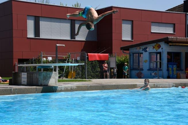 Silvan aus Oberrüti präsentiert seine Saltokünste auf dem Einmeter-Sprungturm.