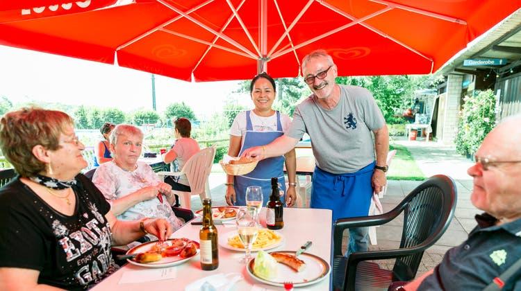 Aktuell begrüssenRuedi Steigmeier(zweiter von rechts) und Lebenspartnerin «Mot»(Mitte) etwa 30 Gäste pro Tag. (Bild: Sandra Ardizzone)