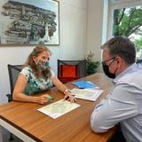 Irene Steimen schildert Stadtpräsident Roger Bachmann die wichtigsten Erkenntnisse ihrer Petition. (Florian Schmitz / Limmattaler Zeitung)